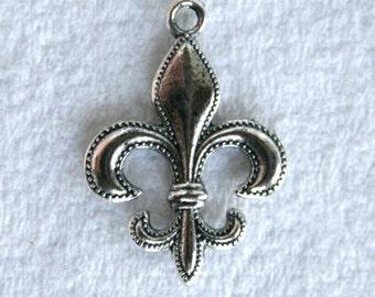 8 Tibetan Silver Fleur de lis Charms/Pendants