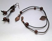 Leather bracelet and earrings set with copper leaves charms, copper beads, plastic pearls. Fall jewelry, nature inspired jewelry, minimalist