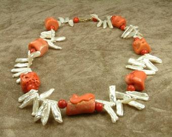 White Biwa Pearl Necklace with Corals (Κολιέ με Μαργαριτάρια Biwa και Κοράλια)