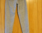 "Levi High Waisted  Relaxed Fit  Red Tag Tapered Leg 550 Jeans 28"" x 31 1/2"",   hips 42"""