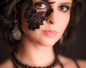 Strapless Masquerade Mask made of Lace and adheres to face
