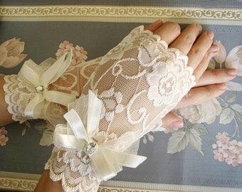 Ivory wedding gloves, Ivory lace gloves, Ivory bridal gloves, Elegant Gloves ,Ivory Wedding