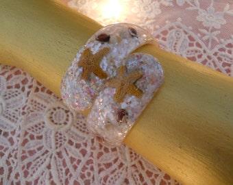 vintage mermaid hawaiian souvenir bypass bracelet, lucite confetti, tiny starfish & sea shells, hinged, seaside beach summer style