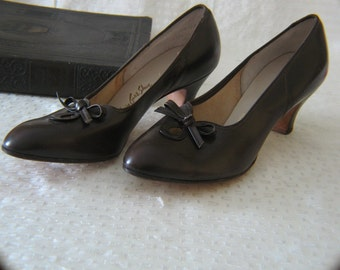Vintage Dark Brown Leather Pumps with Bows