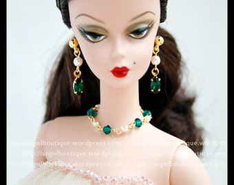Elegant Collar Necklace links with Glass Pearl and Green Swarovski Crystal.