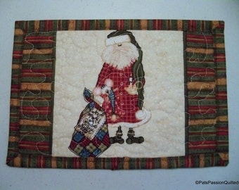 Mug Rug Quilted Christmas, Mini Place Mat, Snack Mat, Santa With His Quilt