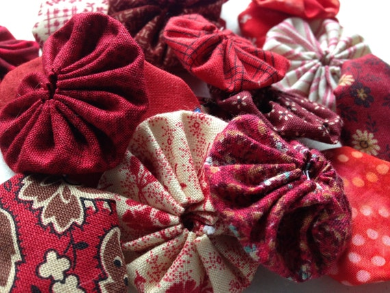 Red valentine, 25  fabric yoyo suffolk yo flower Pieces, 1 1/2 inch, for Scrapbook Embellishment Applique Quilt GARLAND decoration