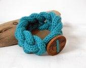Chain bracelet, ultramarine green. Wool and wood bangle.