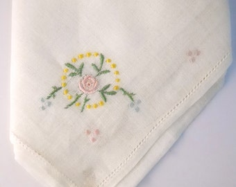 DAINTY EMBROIDERED HANKIE- vintage 1950s, hand embroidered, charming