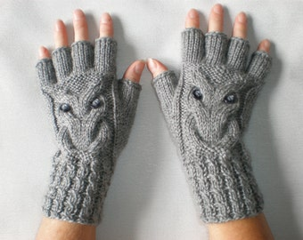 Hand-knitted women grey color fingerless gloves with knitted owl, Owl mittens,Owl wrist warmers,Grey owl gloves,Woolen christmas arm warmers