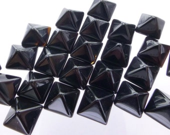 ONYX. PYRAMiD. STuD Cabochons. Small. 1 pc. 1.35 cts. 7 mm (Ox142-1)