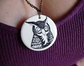Medallón con cadena metálica pintado a mano de una búho . Es posible personalizarlo detrás. Pieza unica.