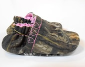 Mossy oak baby shoes, girl baby shoes, camo baby booties 0-5T, pink camo, baby booties,camo baby,baby shoes, toddler shoes - mychickiet