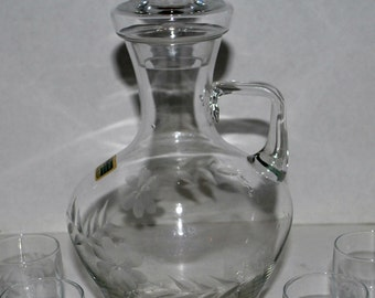 Kristall  decanter with shot glasses   etched  glass  barware