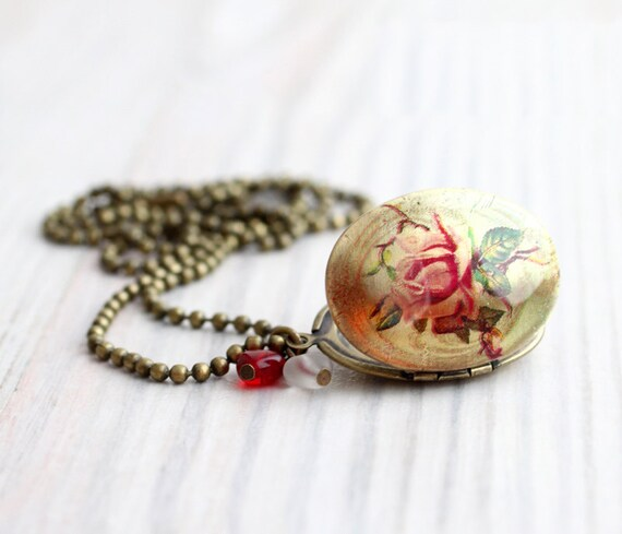 Roses Oval locket necklace - Vintage style - Love jewelry