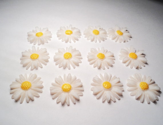 12 - Vintage acrylic Daisy Cabochons - m01