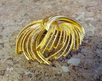 Lovely tassel brooch in gold tone metal