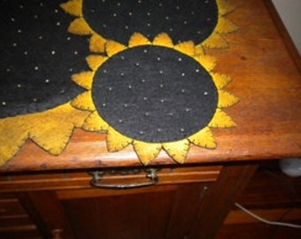 Sunflower candle mat measuring 8 inches across