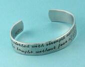 Proverbes 31:25 Bracelet - elle est vêtue avec force et dignité Bracelet - manchette Bracelet - cadeau pour elle - Christian Bracelet en argent
