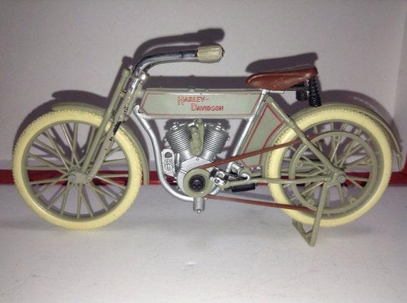 Harley Davidson: 1909 Harley Davidson V Twin 1/18 Diecast Metal Model Plastic