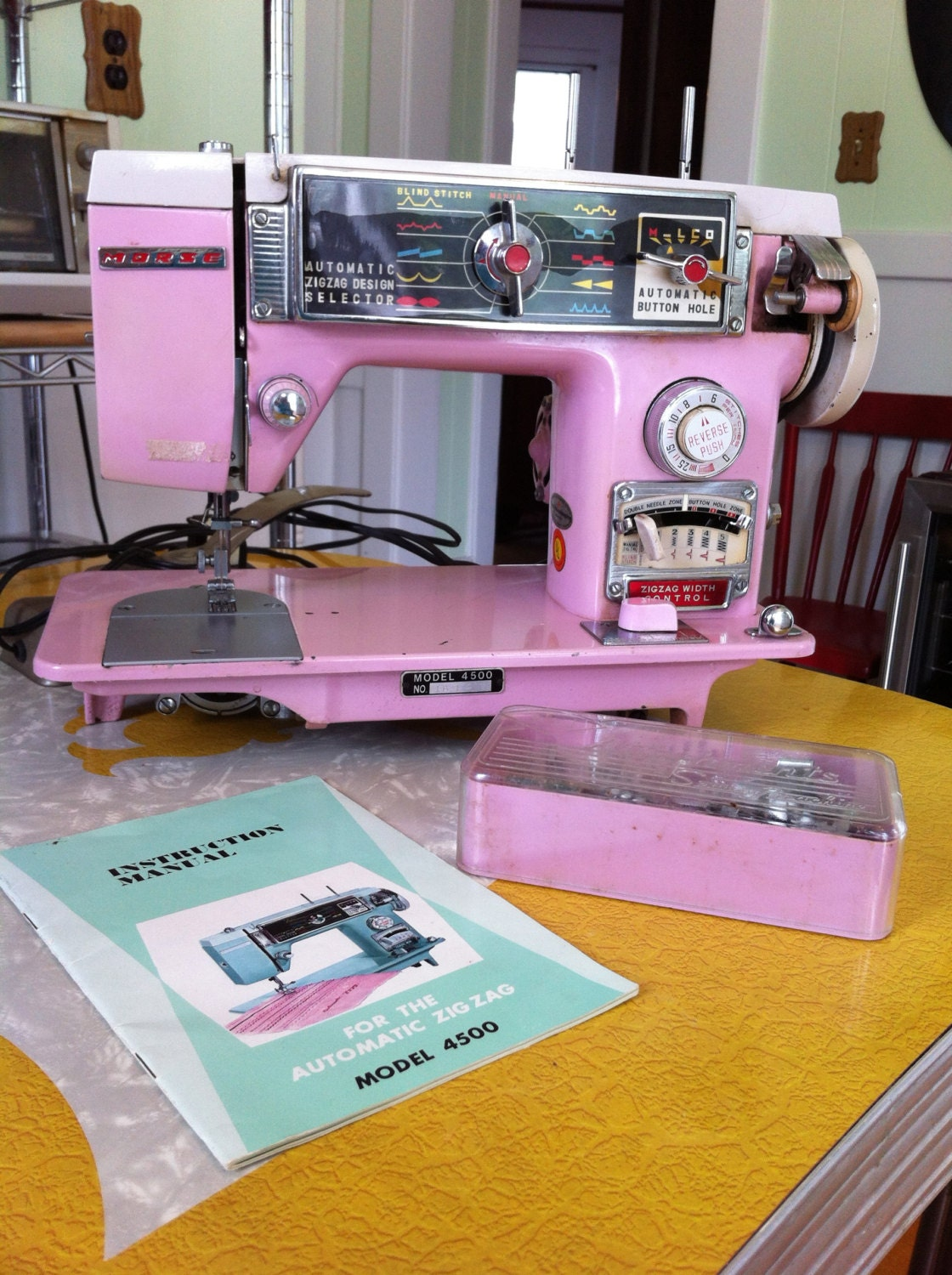 Bling bling vintage 50 39 s original pink sewing machine made for Machine a coudre 1950