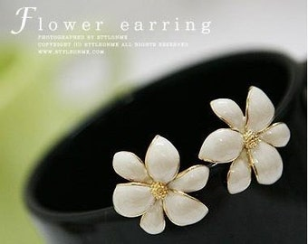 elegant vintage style flower earrings, creamy white stud earrings, wedding jewelry