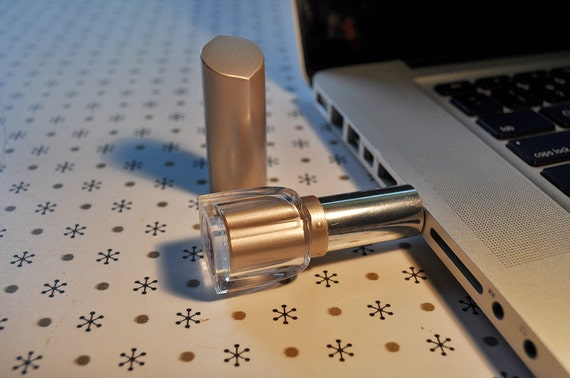Yves Rocher Lipstick Flash Drive / 16 GB USB Memory Stick / Silver