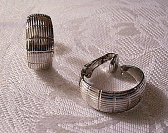 Fine Lined Graduated Hoops Clip On Earrings Silver Tone Vintage Avon Round Wide Band Open Rings