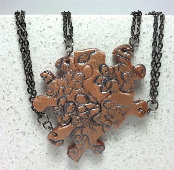 Articoli simili a amicizia puzzle di gioielli collana set 4 collane color rame polimerico - Collane di design ...