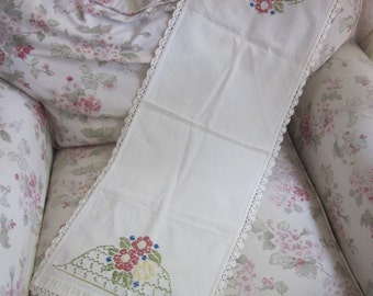 Vintage Runner Embroidered Flowers Crochet Edge H170