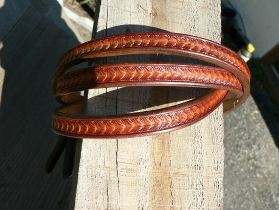 thin leather belt, scalloped design,brown border, gold colored buckle
