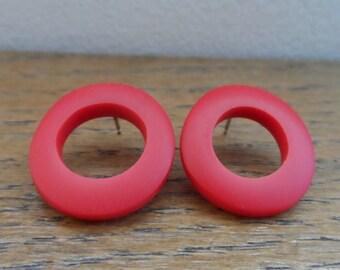 Resin 'wooble hoop' earrings - red