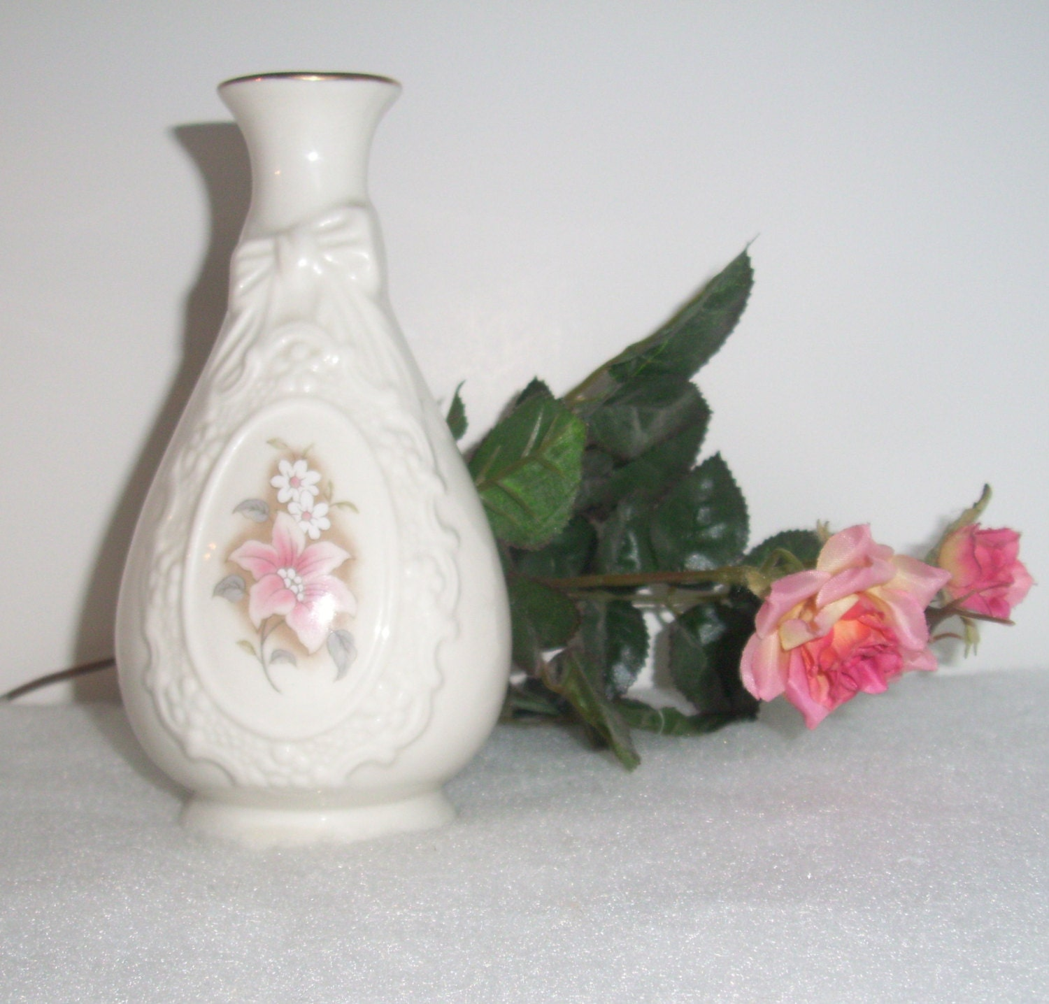 WHITE BUD Vase VINTAGE With Pink Flowers And White Daisies