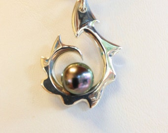 Sterling Silver, Maori RAY OF LIGHT Pendant with Tahitian Black Pearl