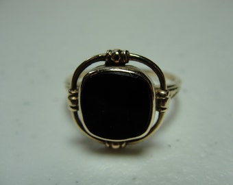 Vintage 10k yellow gold and black onyx ring.