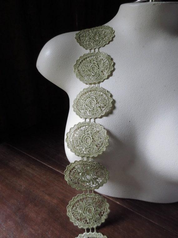 5 Gold Lace Applique Medallions in Antique Gold Metallic for Jewelry or Costume Design, Applique  MET 1