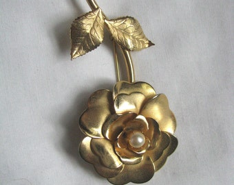 Graceful gold tone vintage flower pin brooch with faux pearl center