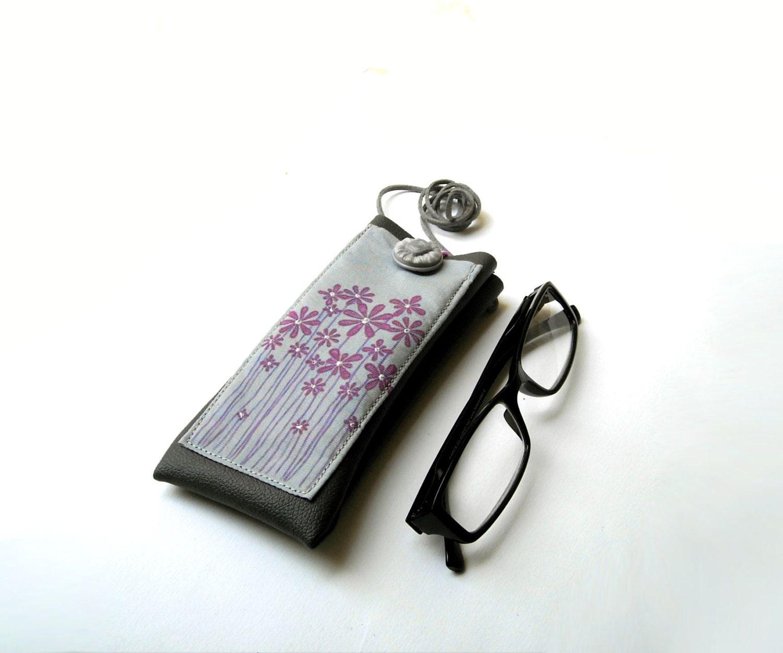 Portaocchiali da collo in simil pelle grigio con fiori viola e - Si porta al collo ...