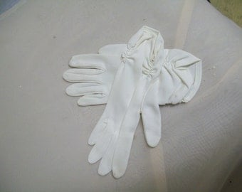 Vintage Mid Century White Stretchy Gloves, Wrist Length, Rusching, Small