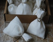 "Linen favor gift bags in  white Size : 3 1/2"" ( 8.5cm ) long, 2 1/2"" (6 cm ) wide. Set of 100"