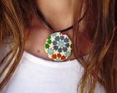 Medallón con cadena metálica pintado a mano inspirado en un azulejo de la Alhambra . Es posible personalizarlo detrás. Pieza única.