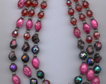 Beautifiul 3-strand vintage Hobe necklace - very cool beads in fuchsia/red/purple