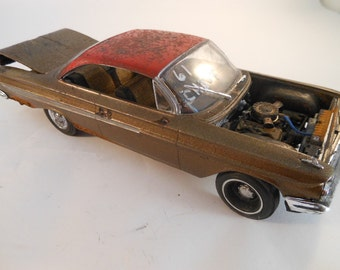 Classicwrecks Rusted 1961 Chevy Impala 1/24 Scale Model Car in red and gold