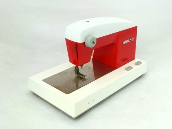 Machine coudre jouet vintage rouge blanc par artmavintage for Machine a coudre jouet