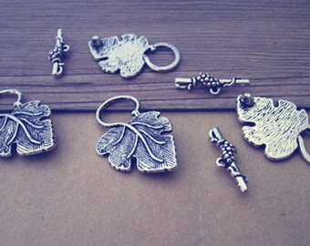 10 set  antique silver leaves Dotted Toggle Clasps