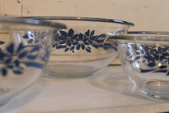 vintage pyrex mixing bowl set of 4 clear glass with blue. Black Bedroom Furniture Sets. Home Design Ideas