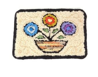 Small hooked mat Primitive rug hooking Folk art flower Wall hanging Wool trivet Country kitchen mat Wool hot pad Yarn rug hooking