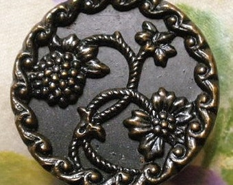 Raspberry button, antique.  It features a raspberry plant and it has a decorative border. c1880.