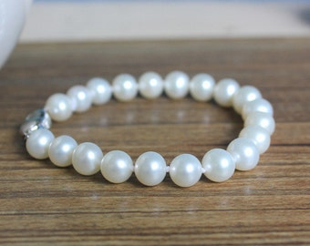 White freshwater pearl bracelet 8.0 to 9.0 mm, AA+, near-round