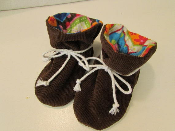 Fleece Baby Booties Warm and snuggly baby booties that won't fall off baby's feet. A simple design and easy to make with a free pattern. Find this Pin and more on Sewing for Babies & Children by Lyn Mitchell. Make baby booties in any size you need.